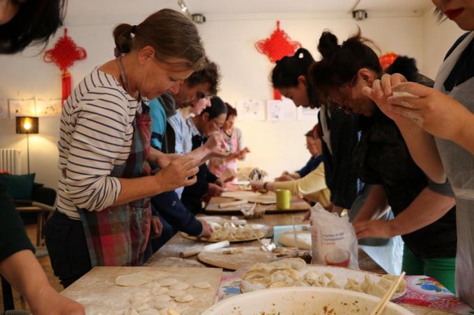 Les adhérents confectionnent les raviolis...